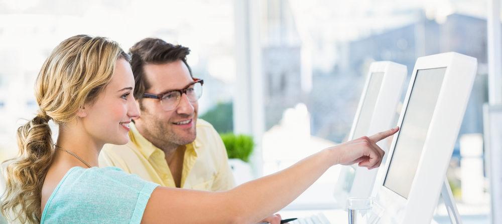 collega's kijken op pc scherm voor webinar